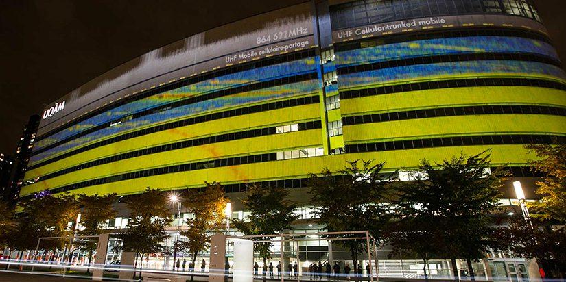 Ælab et Guillaume Arseneault. (2015). Irradier (v1). Projection architecturale en direct avec données environnementales. Pavillon Président-Kennedy, UQAM, Montréal. Photo: Frédérique Ménard-Aubin