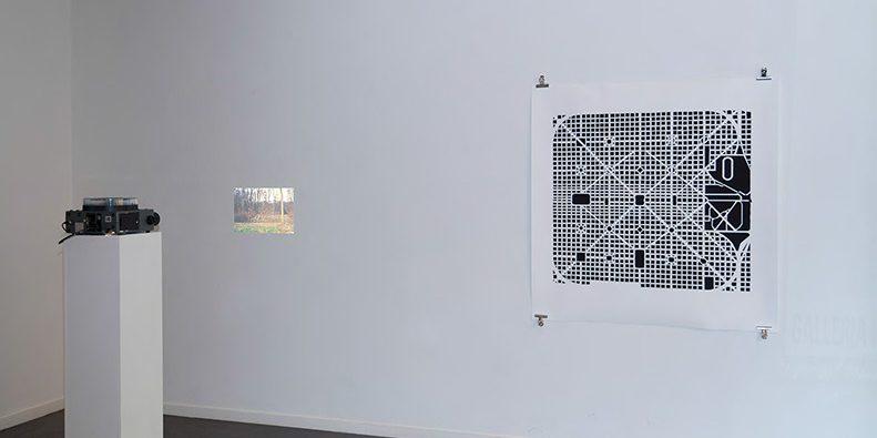 Untitled (pavilion), 2011, 4 diapositives couleur projetées en boucle et Plan, 2011, impression noir et blanc au jet d'encre, 100 x 110 cm