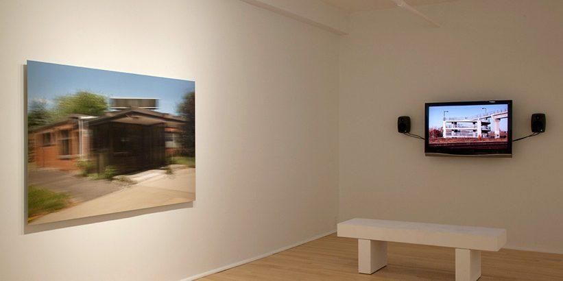 Vue d'ensemble de l'exposition «À contretemps» 2011 présentée à la galerie Laroche et Joncas Photographie Sans titre (Rue de l'Aviation) 2011, épreuve à jet d'encre, et vidéo Le passage (boucle), 2011 0mi. video hd, sonore